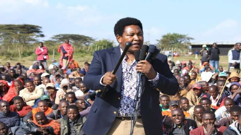 Ledama Ole Kina addressing residents in Narok over Huduma number
